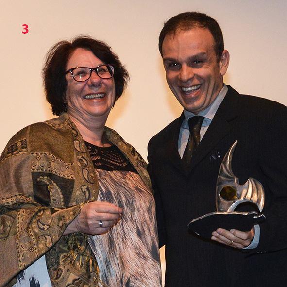 Lúcia Kispergher, presidente do Sindigetur-PR, entregou o prêmio a Marcelo Valente