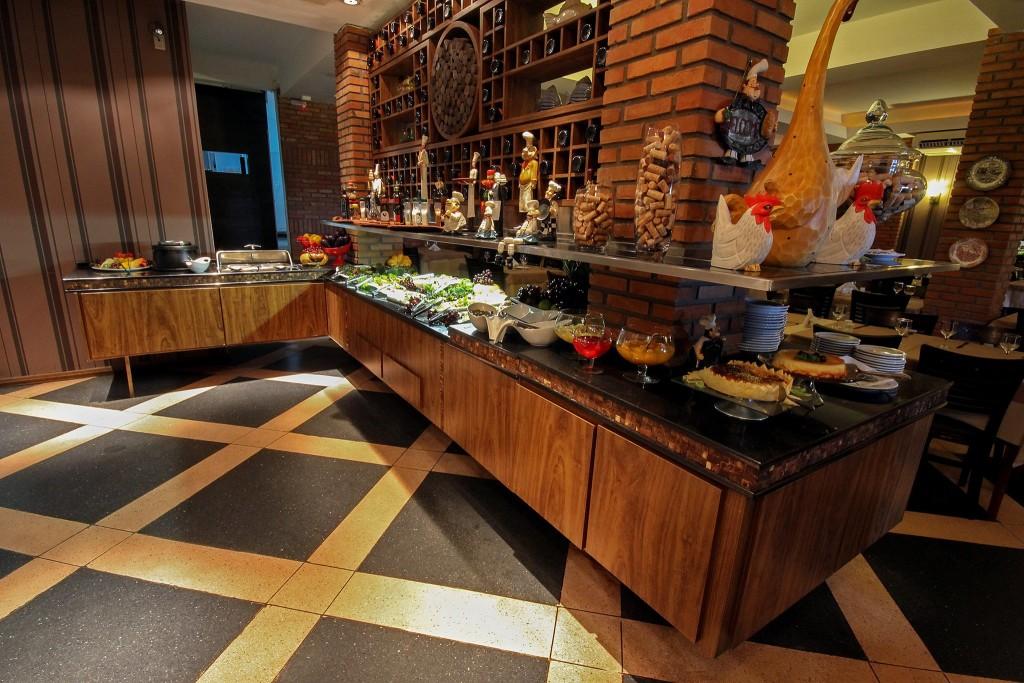 Tradicional restaurante italiano serve almoço buffet e jantar com rodízio de massas
