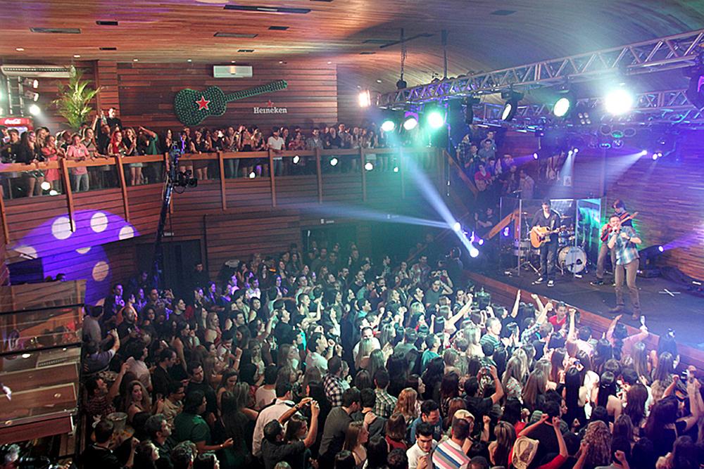 A especialidade do Wood's Bar, a exemplo de seus congêneres em São Paulo, Curitiba e outras cidades, é a música sertaneja ao vivo. Aqui se apresentam duplas e cantores que fazem sucesso em todo o Brasil. A casa abre às sextas e sábados, a partir das 23h.