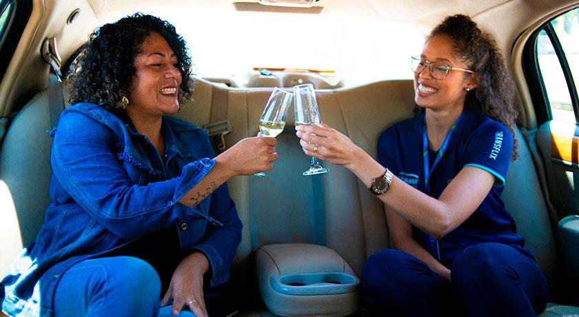 Nesse dia a Thallen recebeu a nossa cliente Débora (famosinha dos grupos de WhatsApp) na recém lançada Limousine para passeios em Foz