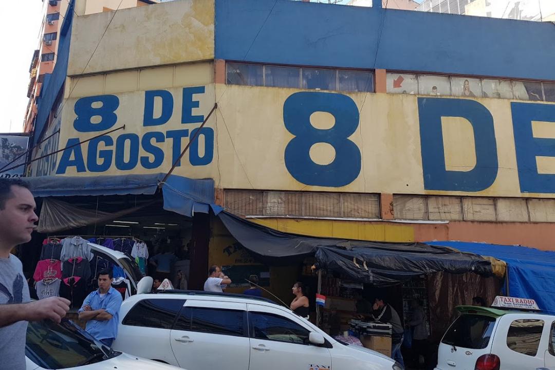 Fachada da Loja 8 de Agosto, loja de auto-serviço para suas Compras no Paraguai